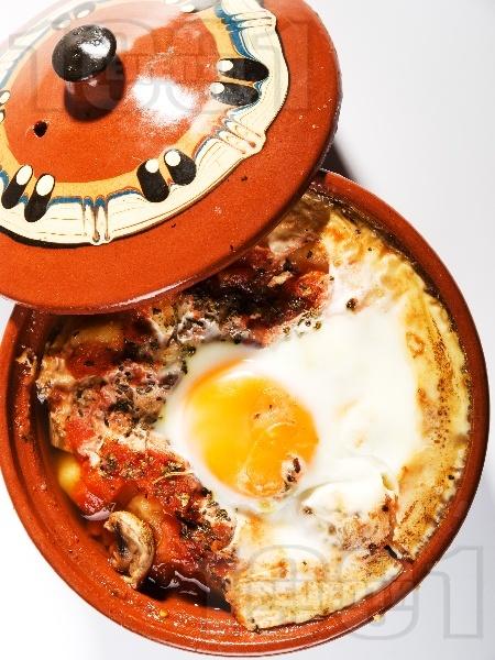 Вегетарианско гювече с гъби, картофи, домати и яйца - снимка на рецептата